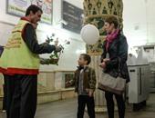 عمال مترو موسكو يعطون الورد لتلميذ