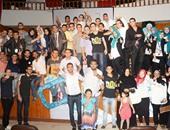 الفريق مع الحاضرين عقب انتهاء الاحتفال