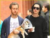 آدم يحمل الكلب المصاب