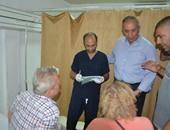 محافظ البحر الأحمر يتحدث لأحد المصابين