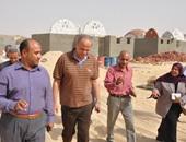 المحافظ خلال تفقده مشروع إنشاء 100 منزل ريفى