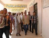 محافظ مطروح خلال تفقده مدرسة السادات بالسلوم