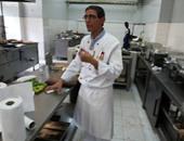 الشيف محمد الدالى يقوم بإعداد الطعام