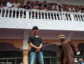 أحد الرجال الثمانية الذين تعرضوا للضرب بالعصا لمخالفتهم الشريعة الإسلامية بلعب القمار