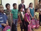 الأطفال بعد توزيع الشنط عليهم