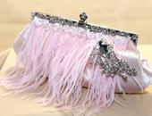 حقيبة من اللون الوردى الناعم ومزينة بريش النعام