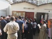 طوابير المرضى أمام مكتب استلام الأوراق