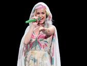 كاتى بيرى تتألق بفستان مستوحى من ألوان الفراشات
