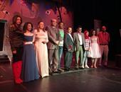 أسرة المسرحية تحيى الجمهور