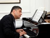 الفنان احمد ابوزهرة يعزف على البيانو