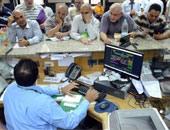 زحام بأحد البنوك المصرية التى تصدر شهادات قناة السويس الجديدة