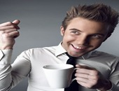 شاب يشرب قهوة
