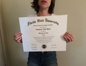 طالبة بجامعة فلوريدا تعرض شهادة تخرجها للبيع