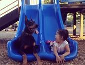 الطفلة وكلبها المدلل