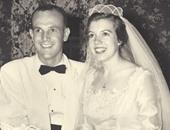 زوجان يأكلان قطعة من كعكة زفافهم كل سنة لمدة 60 عاما