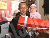 المتسابق أحمد يحمل جائزته
