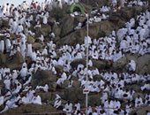 حجاج  يقفون على جبل عرفات