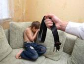 أب يعنف ابنه – صورة أرشيفية