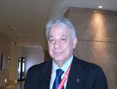 الدكتور عادل خطاب أستاذ الأمراض الصدرية بطب عين شمس