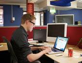 موظف يستخدم أجهزة الكمبيوتر  - أرشيفية