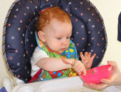 طفل يأكل على مائدة
