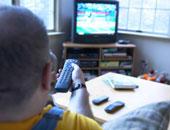 شخص يشاهد التليفزيون – أرشيفية