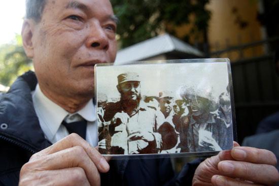 مواطن يحمل صورة كاسترو