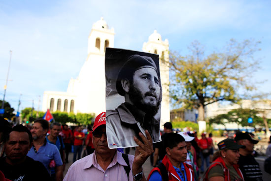 احتشاد آلاف الكوبيين فى ميدان الحرية لوداع كاسترو