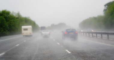 الأمطار الغزيرة تغلق الطرق وتحاصر السكان قرب أثينا