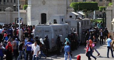 الشرطة تطلب من طلاب جامعة القاهرة الابتعاد عن القوات تحسباً للعنف