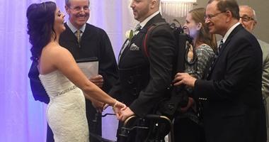 روبوت يُمكّن مريضا بالشلل النصفى من الوقوف ليلة زفافه