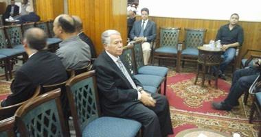 بالصور.. عبد العزيز وحمدى والخطيب ونجوم الزمالك فى عزاء والد  أيمن يونس