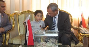 """بالصور.. أطفال """"KG2"""" بقنا يتبرعون لصندوق """"تحيا مصر"""" بحضور المحافظ"""