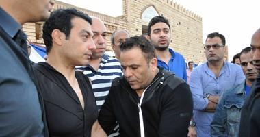 نجوم الفن يشاركون إيهاب توفيق تشييع جنازة والدته