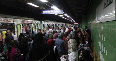 """تعطل حركة مترو """"العباسية"""".. والركاب يحطمون أبواب القطار"""