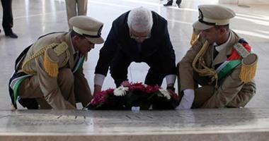 كوادر فتح تضع أكاليل الزهور على مقبرة الشهداء المصريين بغزة