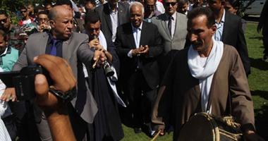 """محافظ القاهرة يصل شارع المعز ويستقل """"طفطف"""" لبدء جولته"""
