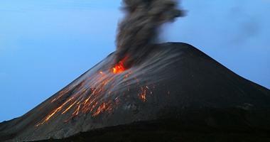 """إندونيسيا ترفع مستوى التحذير من بركان """"كراكاتوا"""" إلى ثانى أعلى مستوى"""