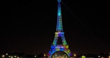"""إضاءة برج إيفل احتفالا بفعالية """"الموضة تعشق باريس"""" على هامش أسبوع الموضة"""