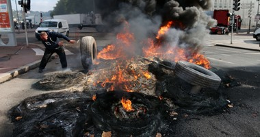 بالصور.. عمال بفرنسا يحرقون إطارات السيارات بسبب نقل مركز معارض