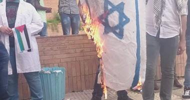 طلاب بالمجمع الطبى بالإسكندرية يحرقون على إسرائيل بجامعة الإسكندرية