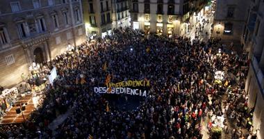 بالصور.. الآلاف يحتجون فى بداية تحقيق أسبانيا على الاستفتاء لانفصال كتالونيا