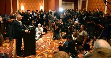 بالصور.. الاستعدادات  الأخيرة لبث مناظرة مرشحى الحزب الديمقراطى