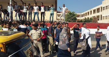 بالصور.. تظاهر طلاب الثانوية العامة بالبحيرة احتجاجا على تخصيص درجات للحضور