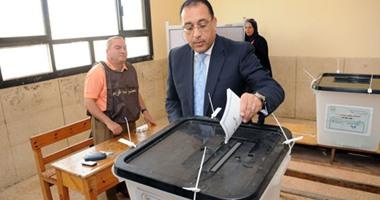 بالصور.. وزير الإسكان يدلى بصوته بالشيخ زايد.. ويؤكد:الحكومة لم تتدخل فى الانتخابات