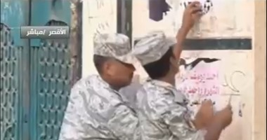 بالفيديو..القوات المسلحة تزيل لافتات دعاية من حوائط منشأة حكومية بالبحيرة
