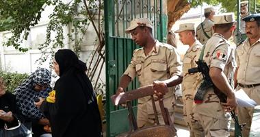 رجال القوات المسلحة والشرطة يقدمون المساعدات لكبار السن فى لجان أسوان
