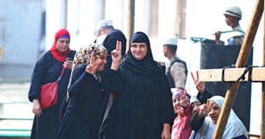 بالفيديو..مسنة عمرها 90 عاما تستعين بمرافقين للإدلاء بصوتها فى الانتخابات بإمبابة