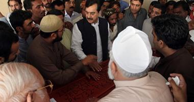 بالصور..رئيس وزراء باكستان السابق يشيع جثمان بن أخيه أحد ضحايا تدافع الحجاج
