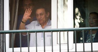 سوزان مبارك تظهر بجوار زوجها فى مستشفى المعادى أثناء تحية أنصاره